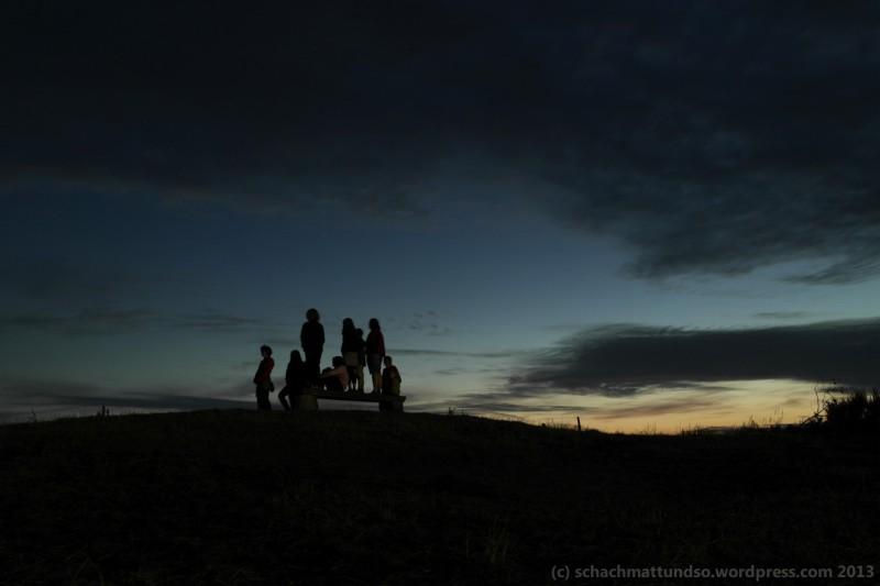 Das sieht schon cool aus, wie unsere Reisetruppe da unter dem Abendhimmel steht und runter aufs Wattenmeer guckt, oder?