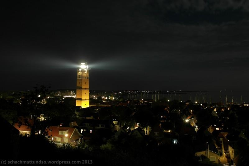 Der Leuchtturm Terschellings. 30 Sekunden Belichtungszeit, Blende 4 - und eine Art manuelle Intervallaufnahme. Immer mit einem ... äh ... *hust* Bandeautop die Linse zuhalten, wenn das Leuchtturmlicht kommt. So macht fotografieren Spaß.