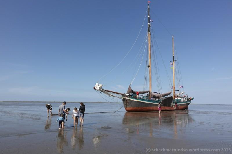 Unser Schiff. Ein restauriertes Plattbodenschiff. Hier beim Trockenlegen, das heißt bei Hochwasser nen netten Ort im Watt suchen, das Wasser abfließen lassen und schließlich das Schiff zu Fuß verlassen.